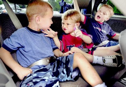 kids-buckled-up-in-the-back-seat_100339583_m